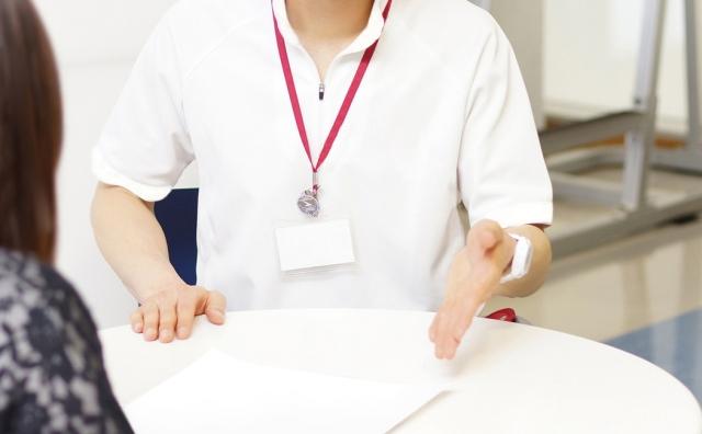 明石で整体を受けるなら【慢性腰痛専門整体 めいはん】 | 骨盤矯正や内臓頭蓋調整の説明風景